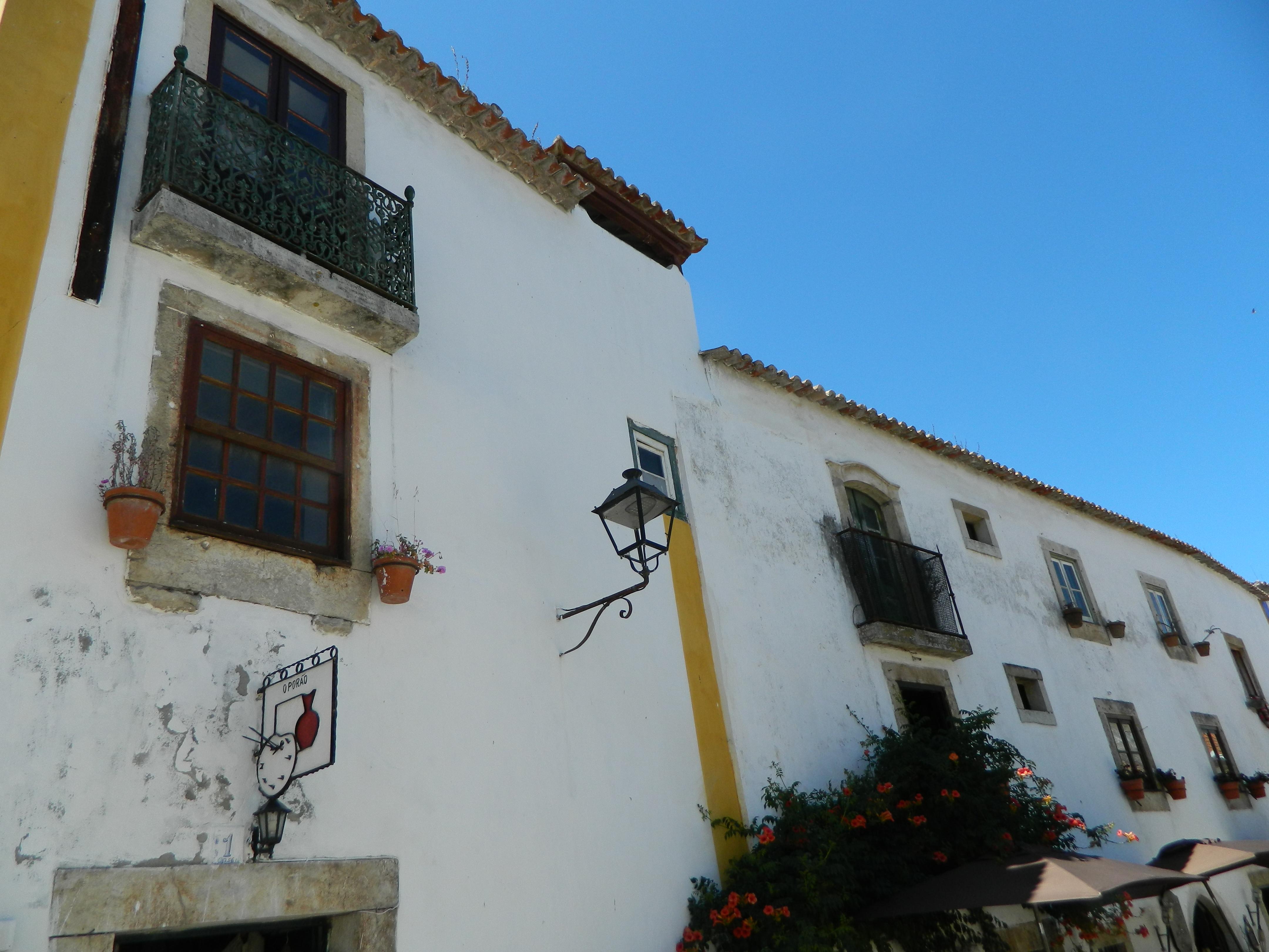 Bidos tra le mura medievali ed il ginja claralhasa for Case ricoperte di edera